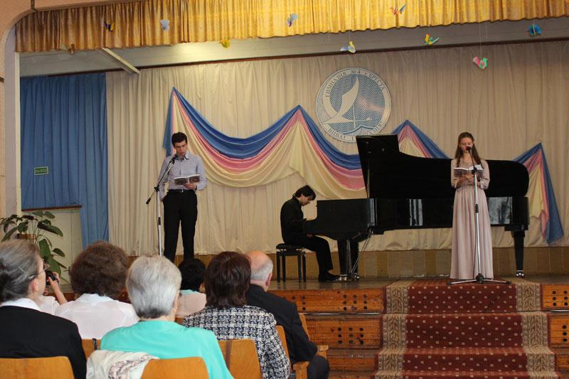 «Белый павлин» в исполнении Джонатана Кимельфельда и Анны Сырневой. У рояля Лука Окросцваридзе