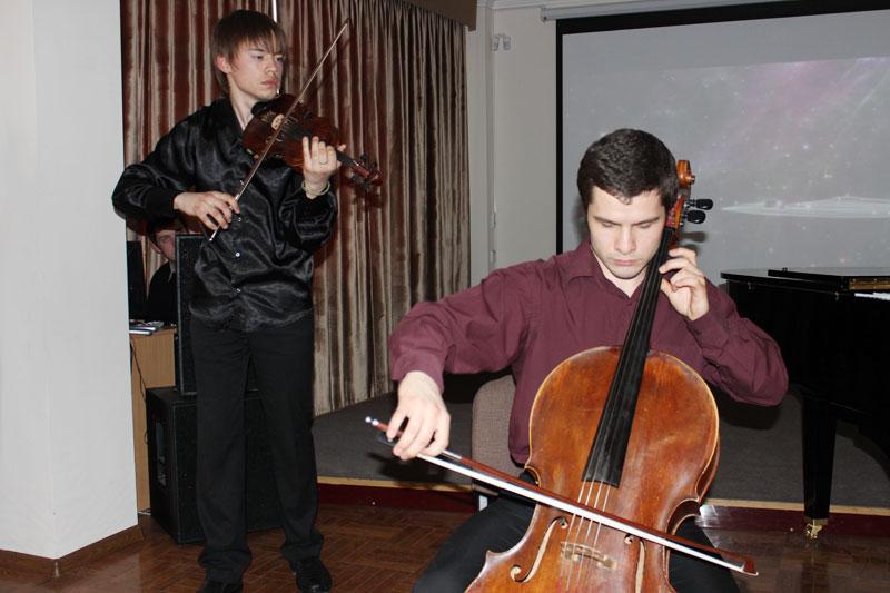 Даниил Посаженников (скрипка) и Борис Жилинский (виолончель)